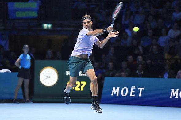 Federer trong lượt giao bóng đã dậm chân khiến Cilic phán đoán sai hướng di chuyển và tung cú đánh trái tay thần sầu