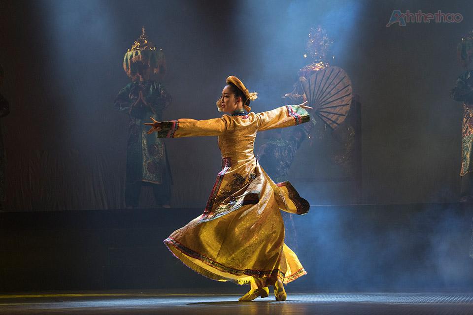 """Chương trình biểu diễn múa """"Vũ hội xuân"""" chào mừng của Nhà Hát Ca Múa Nhạc Dân Tộc Hoa Sen"""
