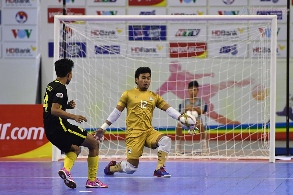 Trận đấu bước sang hiệp phụ thứ 1, Thái Lan vẫn tiếp tục vây hãm khung thành Malaysia, thế trận giằn co đến phút thứ 3, số phận lại một lần nữa thử thách ưng cử viên vô địch khi Thái Lan bị phạt đá 16m50 vì phạm lỗi lần thứ 6, thủ thành dự bị Hankampa đã xuất sắc cản phá thành công, giải toả tâm lý cho đội nhà