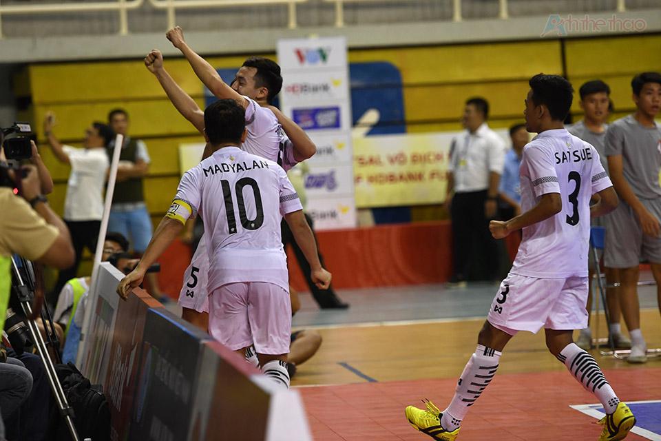Một phút trước khi kết thúc hiệp phụ thứ 1, Thái Lan nâng tỉ số lên 4-3 từ lỗi bắt bóng của Hadee