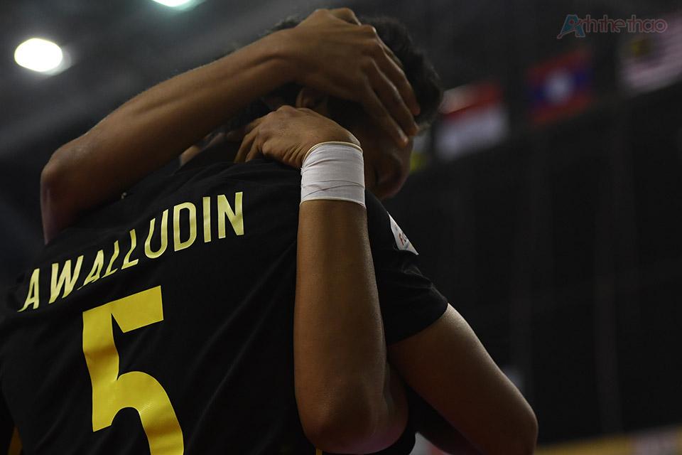 Trong khi Thái Lan say sưa triển khai tấn công, cầu thủ số 5 Awalludin Malaysia bất ngờ băng xuống từ trung lộ, ghi bàn mở tỉ số 1-0 ở phút thứ 5 trong sự ngỡ ngàng của mọi người