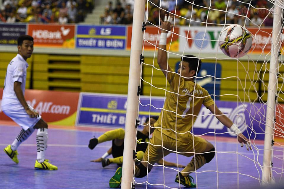 2 phút sau, màng lưới Thái Lan tiếp tục rung lên khi số 6 Ridzwan sút tung lưới thủ thành Phoopun từ biên phải, nâng tỉ số lên 2-0