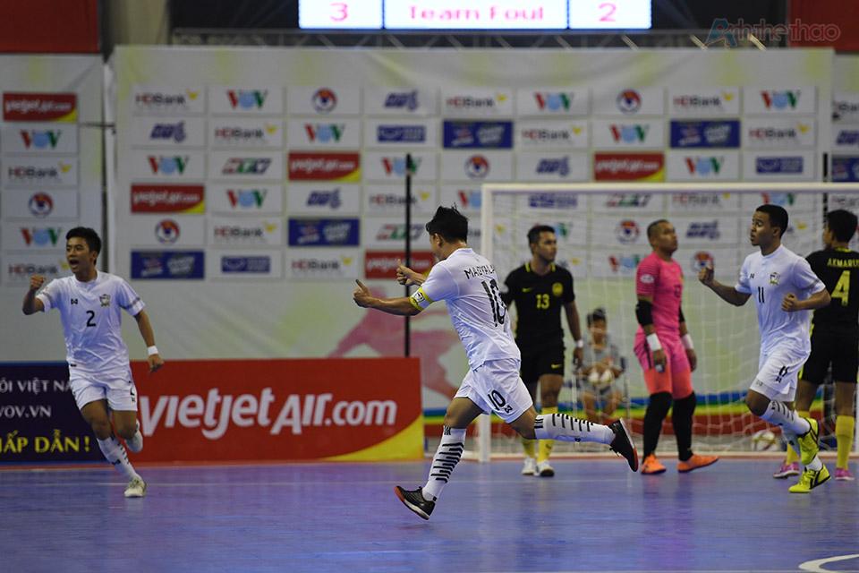 Nhưng cuối cùng những cầu thủ xứ chùa vàng cũng chọc thủng được khung thành Malaysia rút ngắn tỉ số 1-2 ở phút thứ 12. Hai bên thi đấu quyết liệt, không ngại va chạm, kết thúc hiệp 1, cả 2 đều đã phạm 5 lỗi.