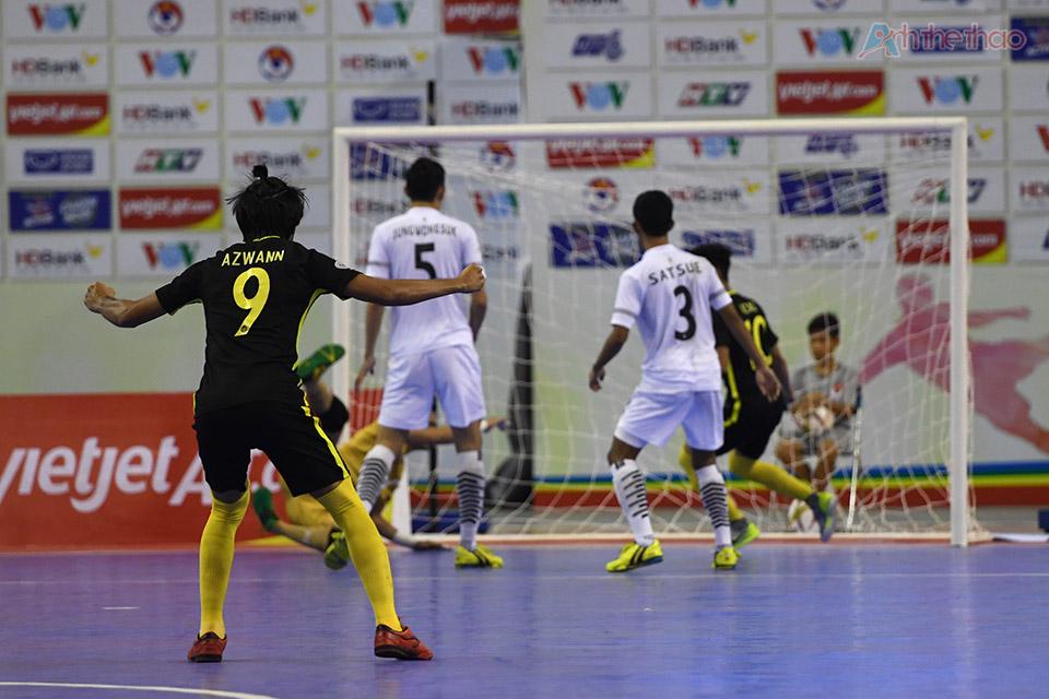 Thái Lan tiếp tục vây hãm khung thành Malaysia ở hiệp 2, trong khi các chân sút Thái Lan vẫn loay hoay tìm đường vào khung thành thì lại tiếp tục bị thủng lưới ở phút thứ 3