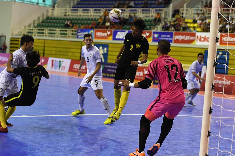 Như được hồi sinh, các cầu thủ Thái Lan thi đấu hưng phấn hơn, cũng từ lúc này, bóng hầu như chỉ lăn ở bên sân Malaysia, thủ thành Hadee phải vất cả chống đỡ những đợt tấn công dồn dập của ứng cử viên vô địch