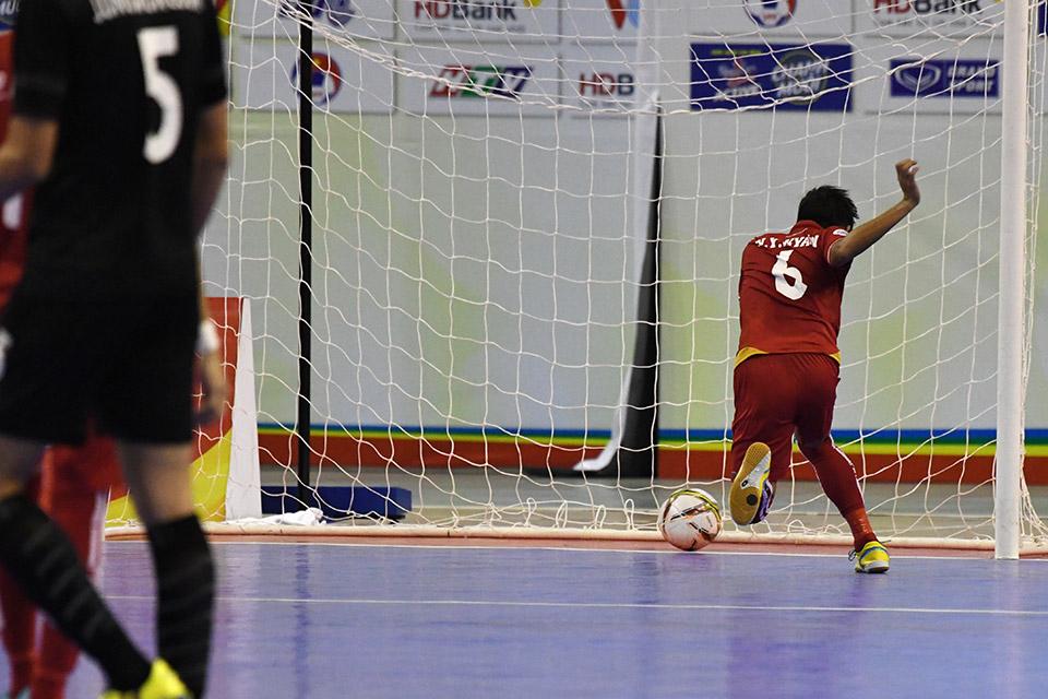 Phút thứ 8, tỉ số là 5-2 khi Myanmar dâng cao chơi power-play