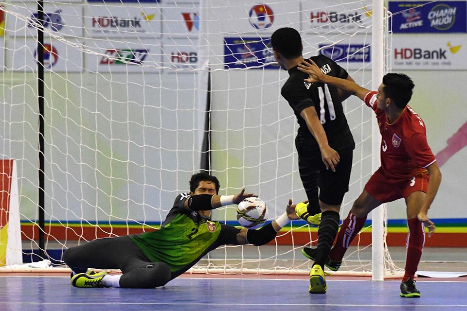 Myanmar xuýt nhận thêm bàn thua từ cú sút rất căng của 11 Thái Lan
