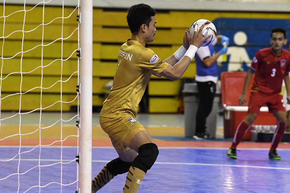 Phút thứ 12, thủ thành Thái Lan cứu thua đội nhà