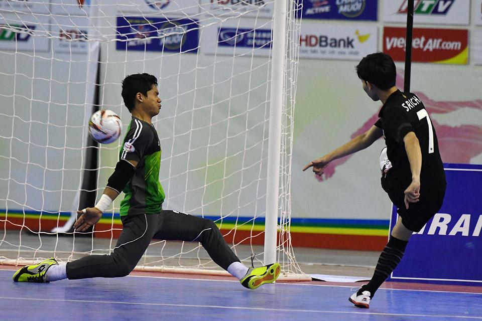 10 giây cuối cùng, cầu thủ số 7 ấn định tỉ số 8-3 đưa Thái Lan vào chung kết