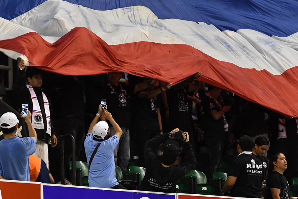 Cổ động viên Thái Lan ăn mừng chiến thắng
