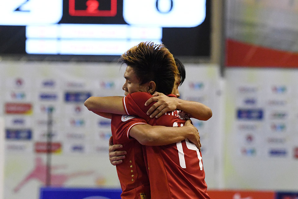 Bất ngờ xảy ra khi các cầu thủ Myanmar sớm có bàn thắng rút ngắn tỉ số còn 1-2 ngay ở phút đầu tiên của hiệp 2