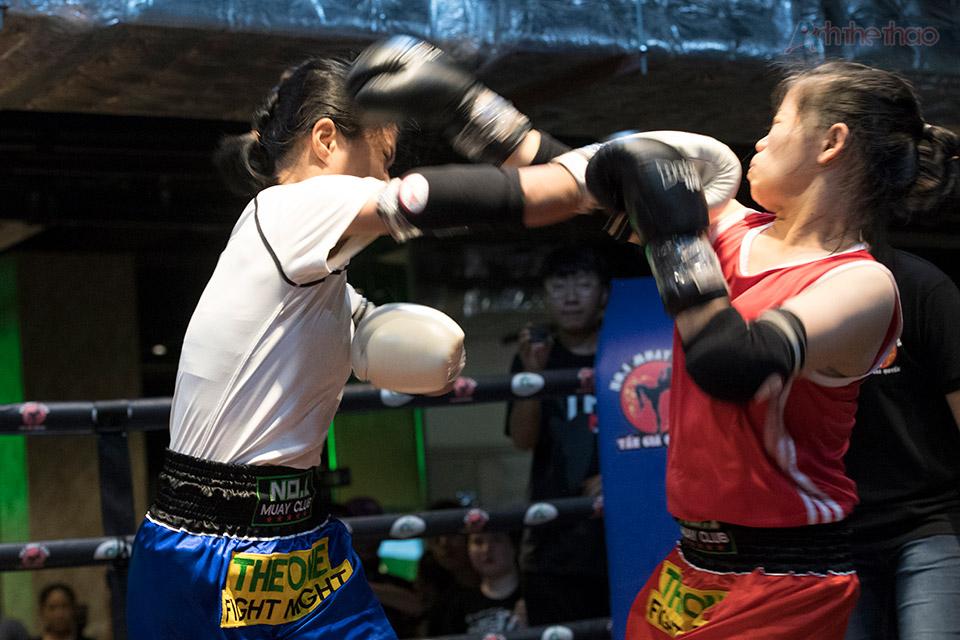 Trận đấu giữa cặp VĐV nữ duy nhất cũng quyết liệt không kém