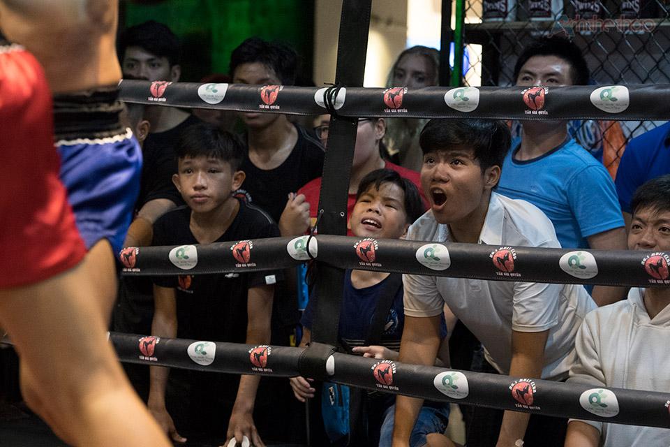 Người hâm mộ cổ vũ nhiệt tình cho các võ sĩ