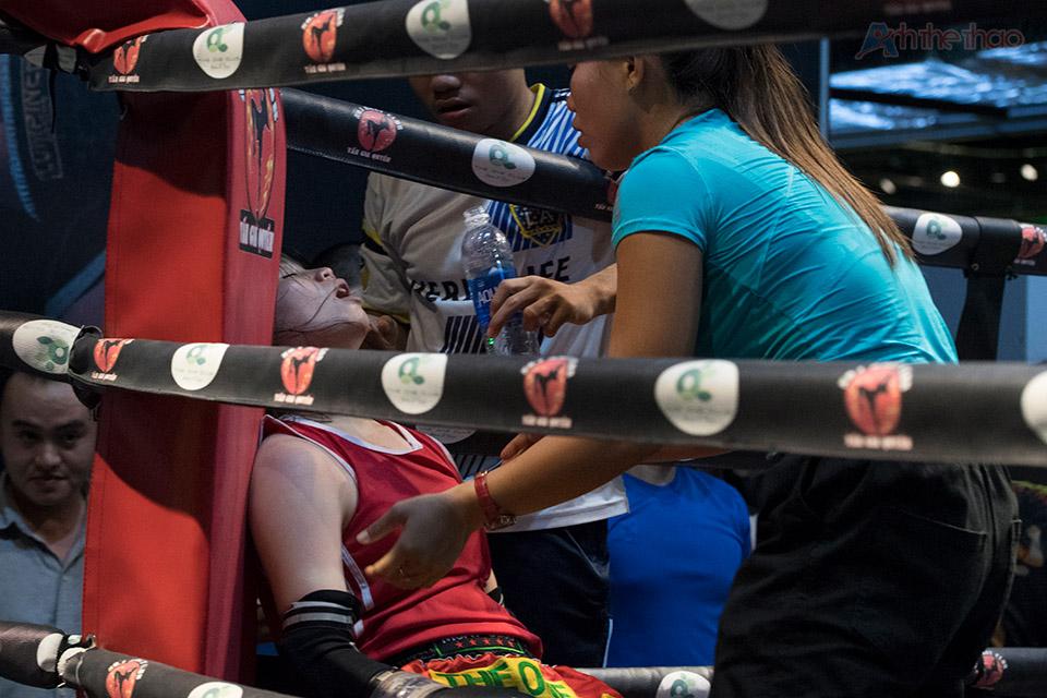 Tay đấm nữ mệt lã sau khi kết thúc trân đấu