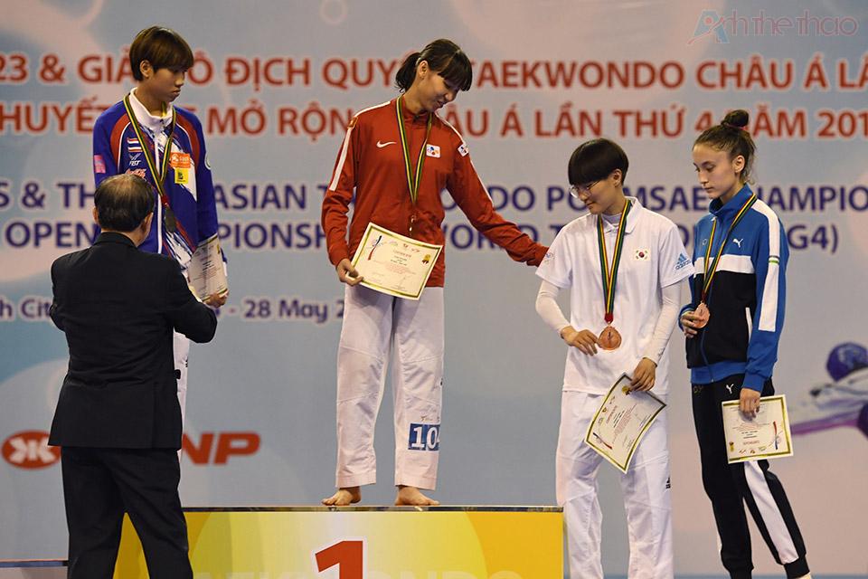 Kim Tuyền và các VĐV nữ tại lễ trao giải