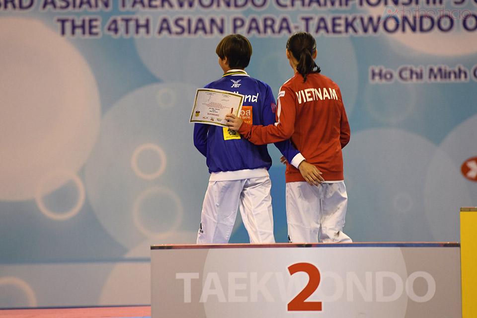 Kim Tuyền và đối thủ Charawat tỏ ra thân thiện trong lễ trao giải