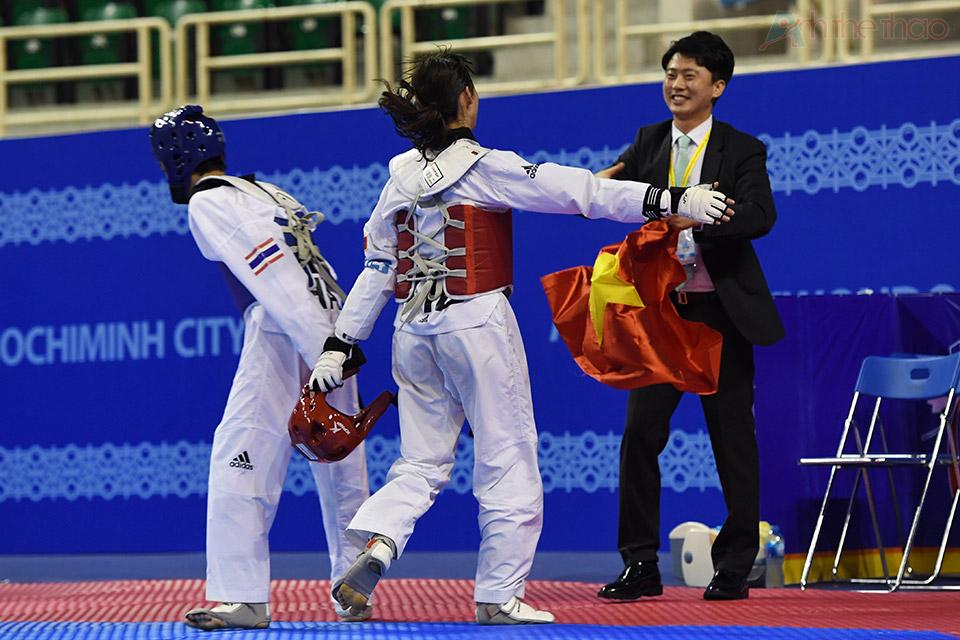 Kim Tuyền vui mừng chia sẻ niềm vui chiến thắng với chuyên gia Hàn Quốc