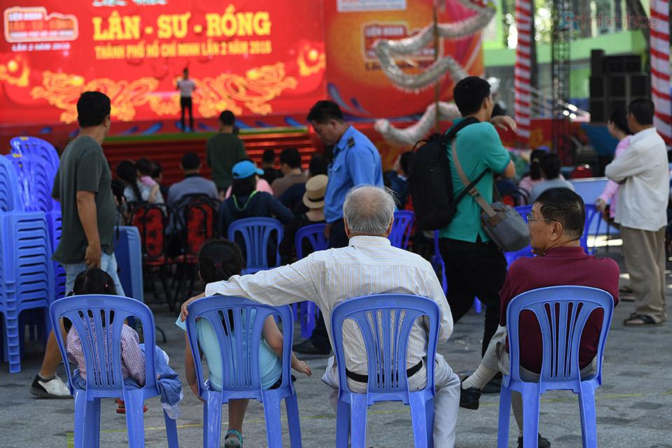 Rất đông người dân đến xem từ rất sớm