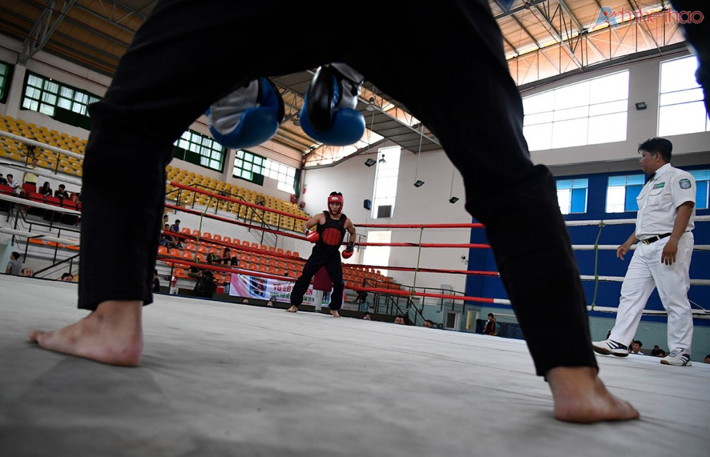 2 võ sĩ bắt đầu với màn múa khởi động