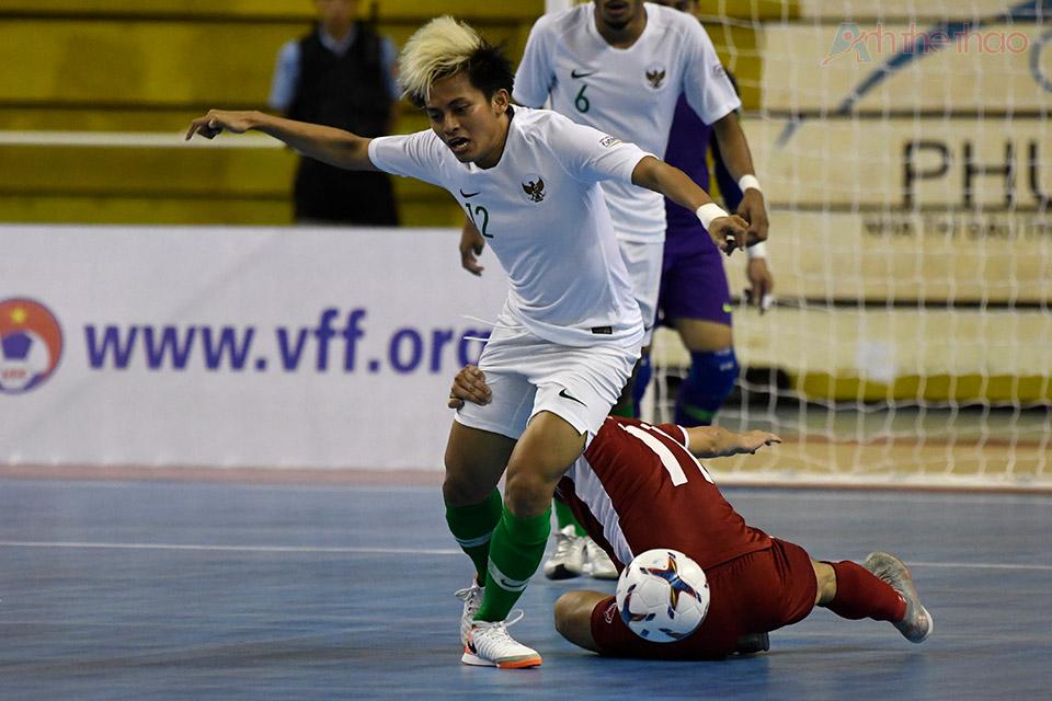 2 đội tranh bóng quyết liệt tại khung thành thủ môn Indonesia