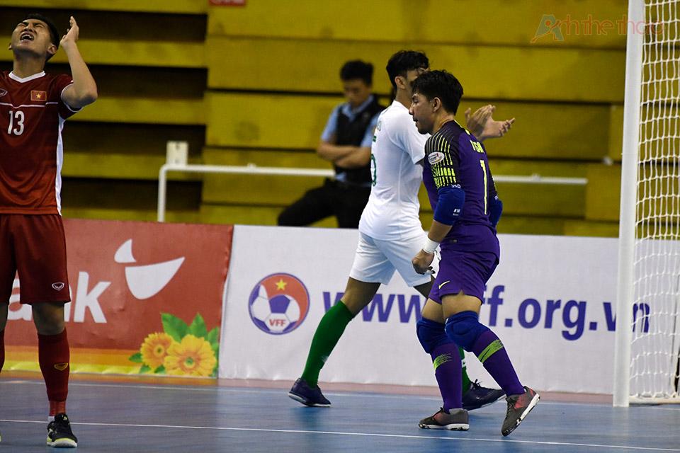 Nỗi thất vọng của cầu thủ Vietnam khi liên tục vuột mất cơ hội ghi bàn