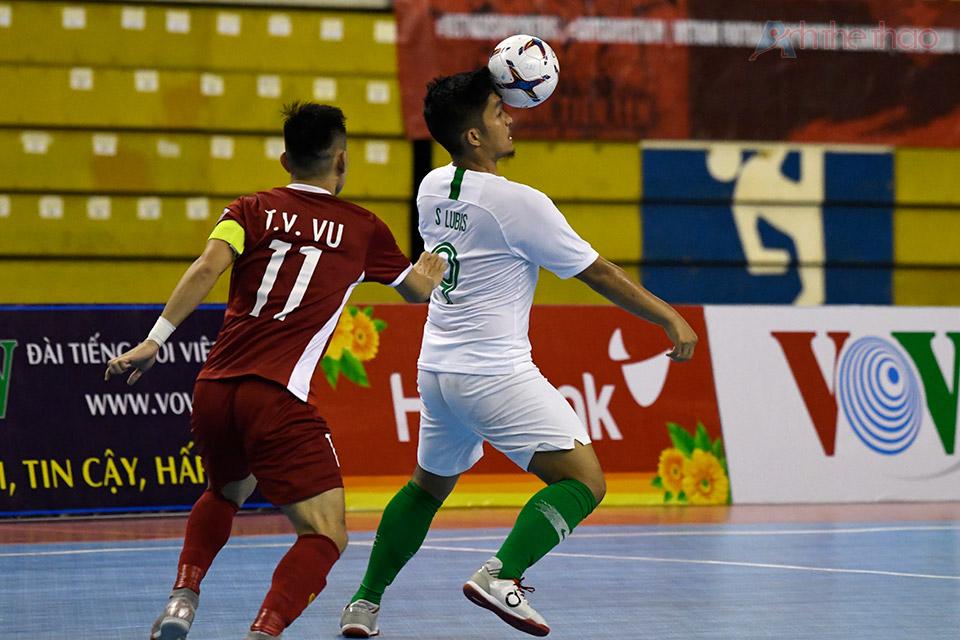 Pha tranh bóng của hai cầu thủ