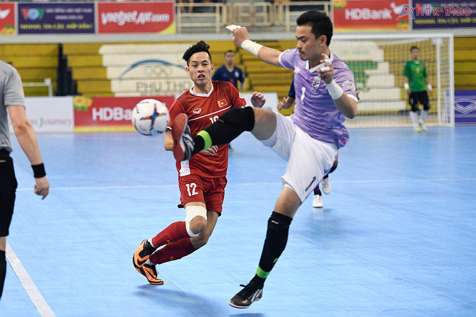 Thủ thành Thailand chủ động phòng thủ từ xa bằng cách lao ra phá bóng.