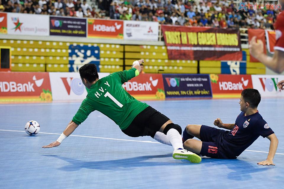 Trong 1 đợt tấn công chớp nhoáng, tuyển Thailand đã đánh bại thủ thành Vietnam và mở tỉ số 1-0 trong sự ngỡ ngàng của mọi người.
