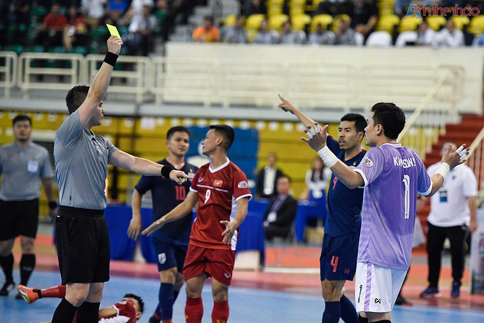 Thẻ phạt cho thủ thành Thailand khi vò bóng nguy hiểm ngoài vòng cấm địa