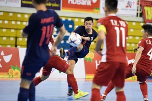 Sang hiệp 2, Thailand bất ngờ đẩy nhanh tốc độ trận đấu, trực tiếp đe doạ khung thành tuyển Vietnam.