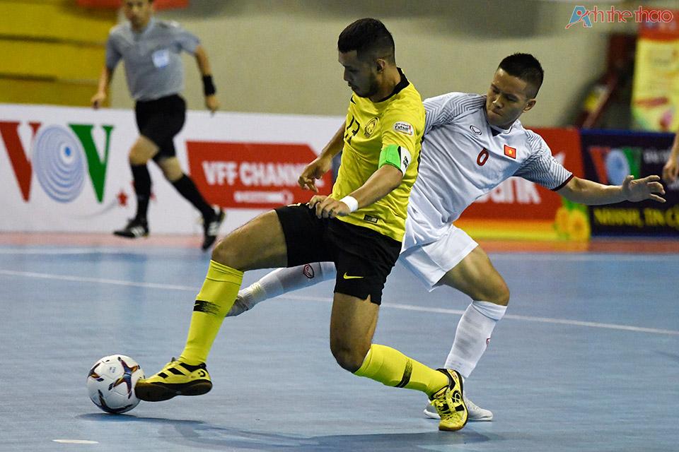 Sang hiệp 2, Malaysia thi đấu khởi sắc và kiểm soát bóng tốt hơn, nhưng Vietnam vẫn nâng tỉ số lên 2-0 trong niềm hân hoan của người hâm mộ.