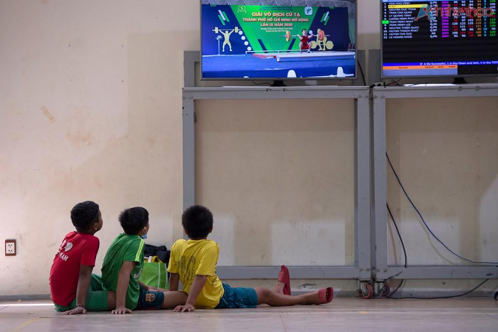 Các khán giả nhí chăm chú xem thi đấu.