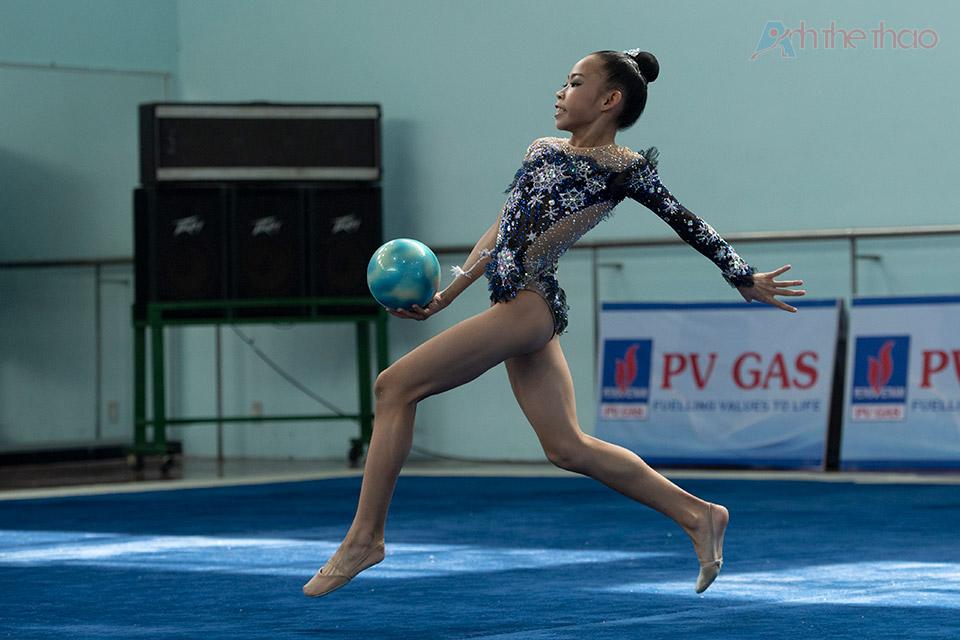 VĐV Đinh Thanh Huyền với bài bóng